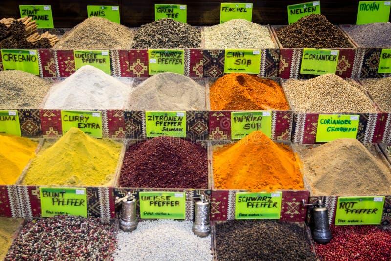 Kleurrijke kruiden op de markt in Antalya royalty-vrije stock foto