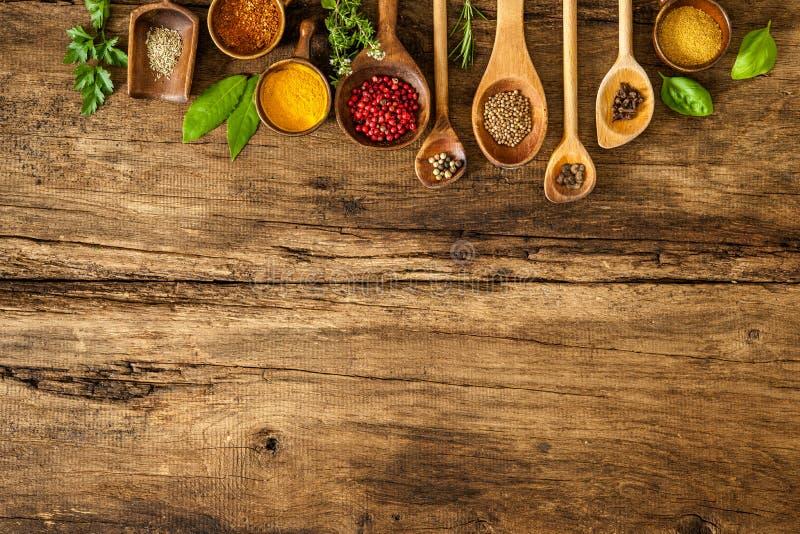 Kleurrijke kruiden op houten lijst royalty-vrije stock afbeelding