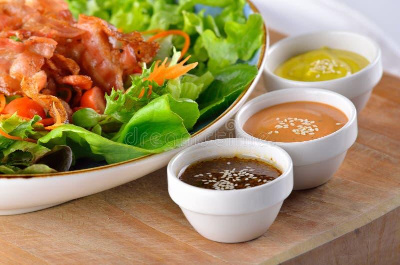Kleurrijke kruidige sausen en baconsalade royalty-vrije stock foto