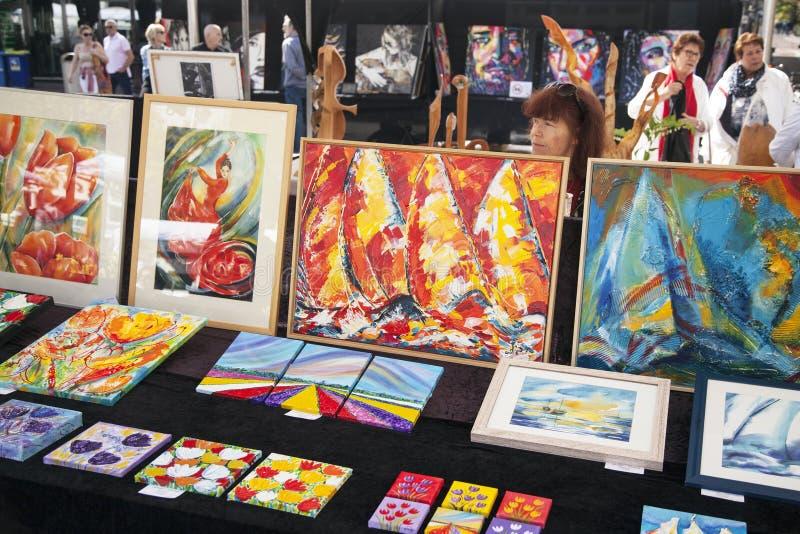 Kleurrijke kunst op de kunstmarkt van Amsterdam op rembrandtplein royalty-vrije stock foto's