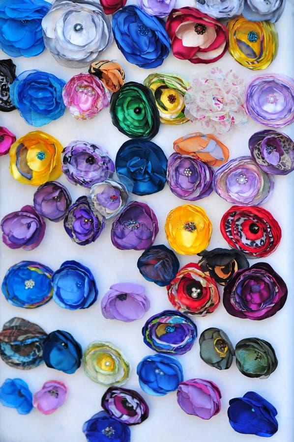 Kleurrijke kunstmatige kleine bloemen op witte achtergrond Stoffenbloemen stock afbeeldingen