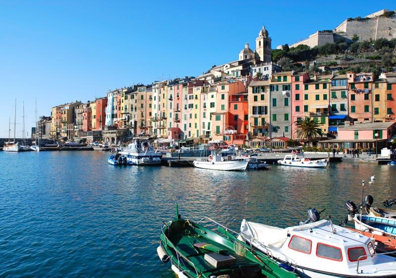 Kleurrijke kust Italiaanse stad stock afbeeldingen
