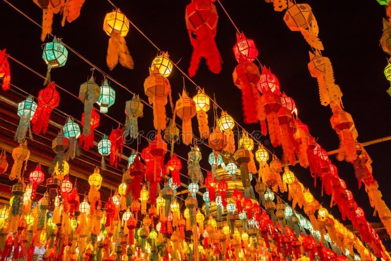 Kleurrijke Lamp en lantaarn in Loi Krathong Wat Phra That Haripunc stock foto's