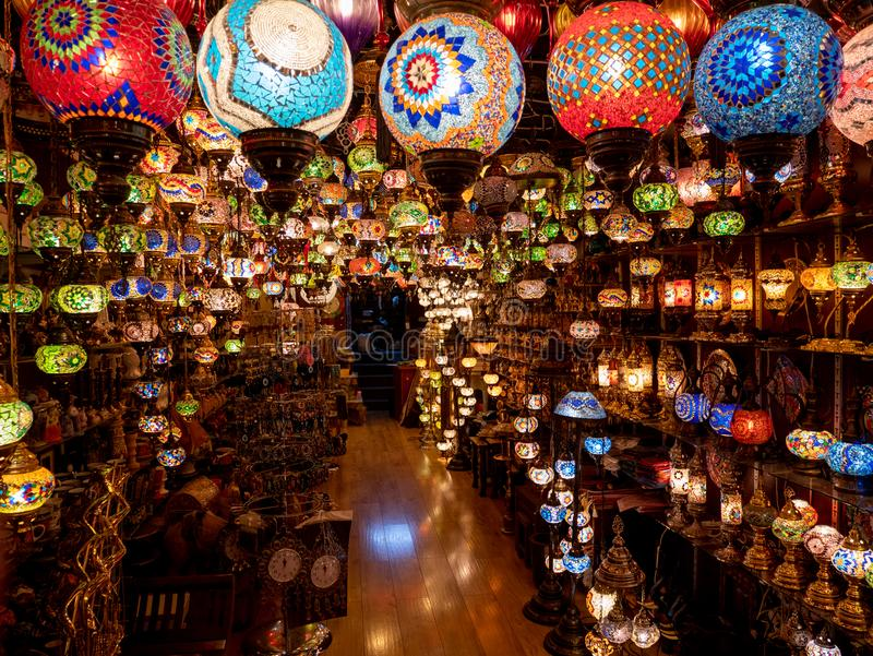 Kleurrijke lampen in een winkel in Manama, Bahrein stock foto's