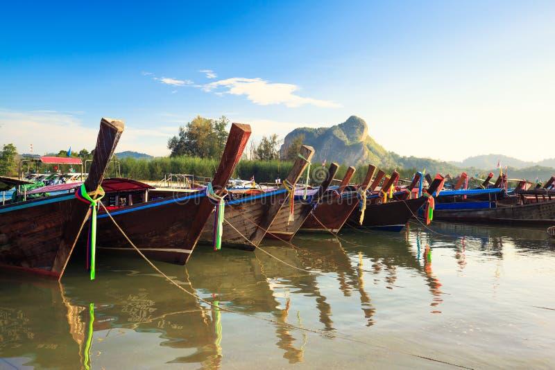 Kleurrijke lange staartboten op een tropisch eiland in Krabi Thailand stock foto's