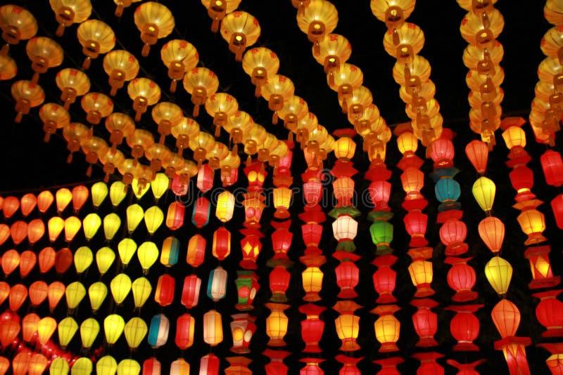 Kleurrijke Lanna-lantaarnlamp in Loy Kratong Festival, of vraag Yee Peng Festival bij noordelijk van Thailand stock foto's