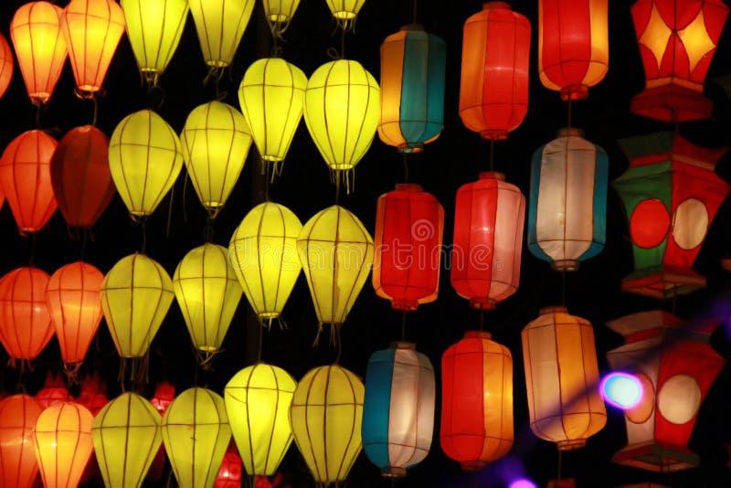 Kleurrijke Lanna-lantaarnlamp in Loy Kratong Festival, of vraag Yee Peng Festival bij noordelijk van Thailand stock foto