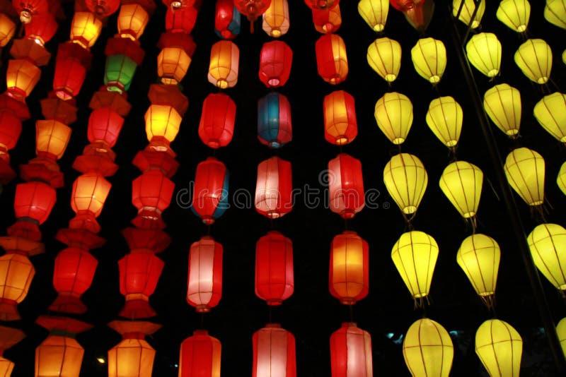 Kleurrijke Lanna-lantaarnlamp in Loy Kratong Festival, of vraag Yee Peng Festival bij noordelijk van Thailand royalty-vrije stock afbeeldingen