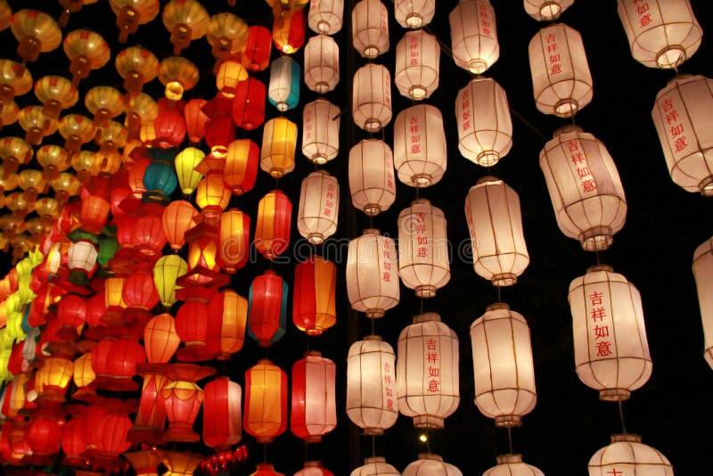 Kleurrijke Lanna-lantaarnlamp in Loy Kratong Festival, of vraag Yee Peng Festival bij noordelijk van Thailand De chainese geschre stock afbeeldingen