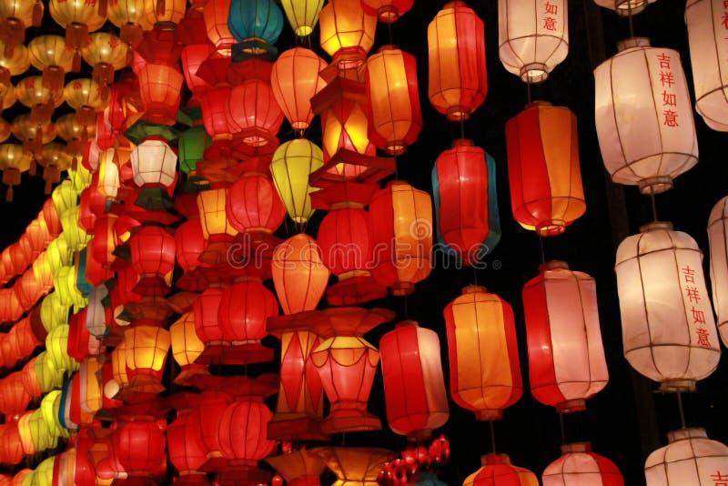 Kleurrijke Lanna-lantaarnlamp in Loy Kratong Festival, of vraag Yee Peng Festival bij noordelijk van Thailand De chainese geschre royalty-vrije stock afbeeldingen