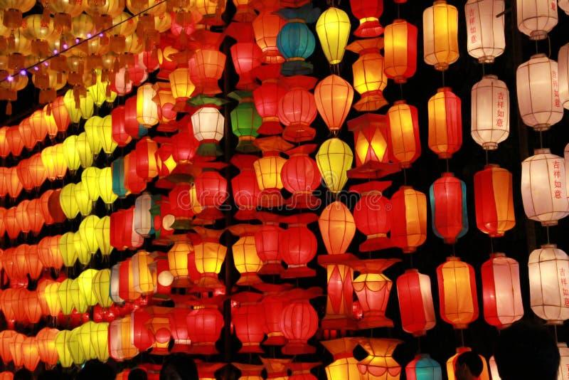 Kleurrijke Lanna-lantaarnlamp in Loy Kratong Festival, of vraag Yee Peng Festival bij noordelijk van Thailand De chainese geschre stock fotografie
