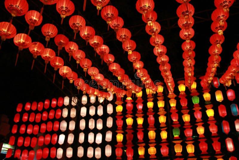Kleurrijke Lanna-lantaarnlamp in Loy Kratong Festival, of vraag Yee Peng Festival bij noordelijk van Thailand De chainese geschre stock afbeelding