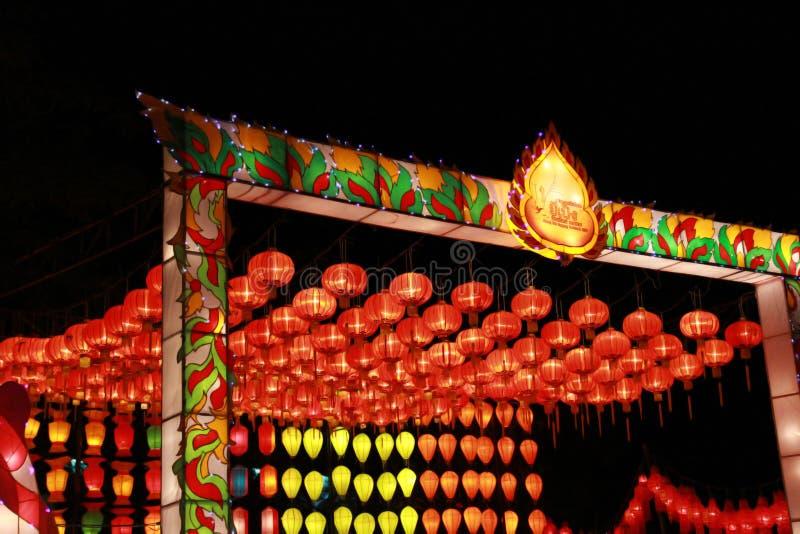 Kleurrijke Lanna-lantaarnlamp in Loy Kratong Festival, of vraag Yee Peng Festival bij noordelijk van Thailand De Thaise geschreve royalty-vrije stock fotografie