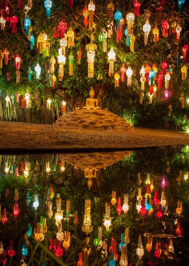 Kleurrijke lantaarns boven het beeld van Boedha tijdens Thai stock fotografie
