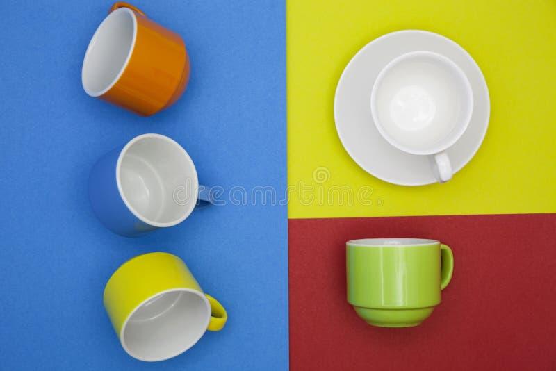 kleurrijke lege koffiekop op document achtergrond royalty-vrije stock foto