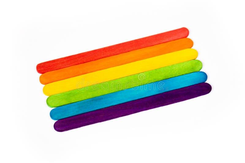 Kleurrijke levendige die regenboog van ijslollystokken wordt gemaakt, schoolkleur het leren concept, symbool van diy ambachten, p stock foto