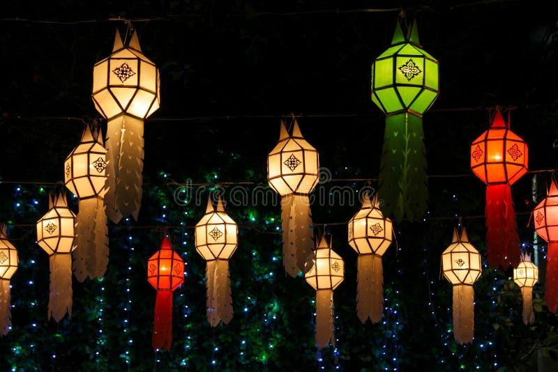 Kleurrijke lichten Aziatische lantaarns bij nacht royalty-vrije stock fotografie