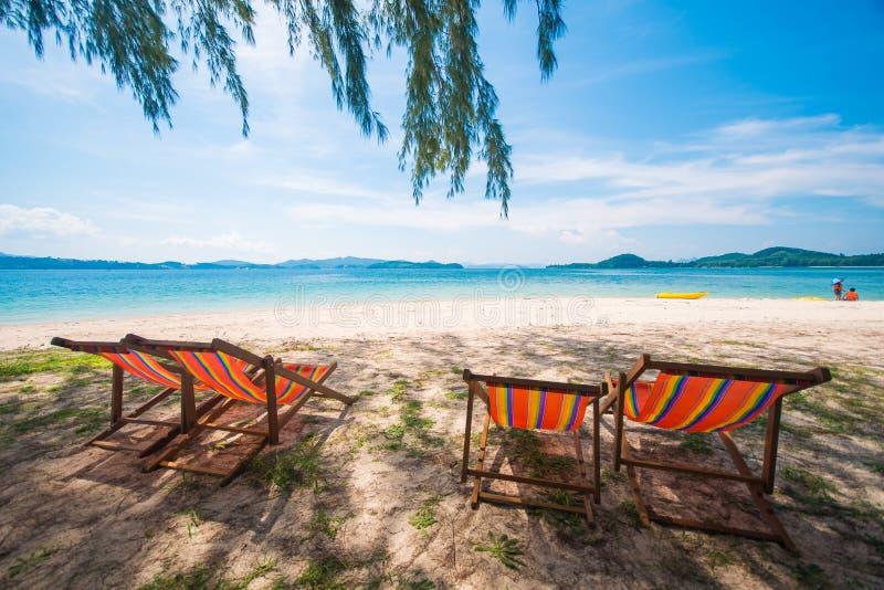 Kleurrijke ligstoel op het strand royalty-vrije stock foto's