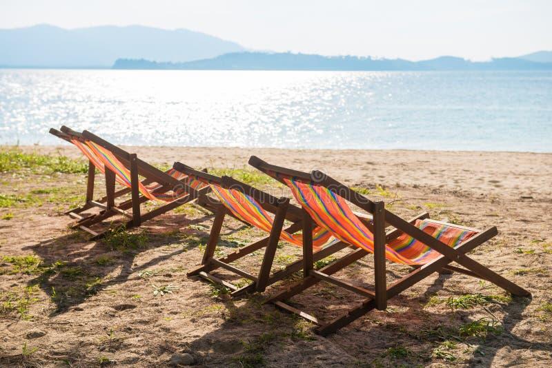 Kleurrijke ligstoel op het strand stock foto's