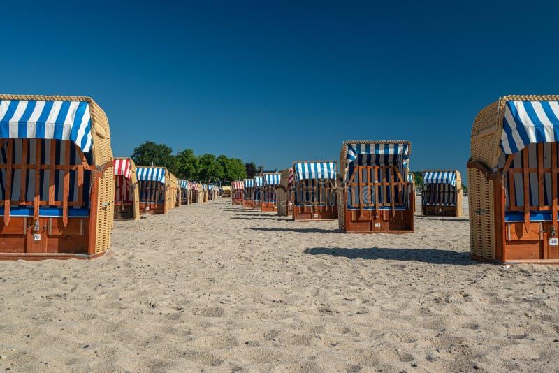 Kleurrijke ligstoelen op het strand in mooi weer royalty-vrije stock foto's