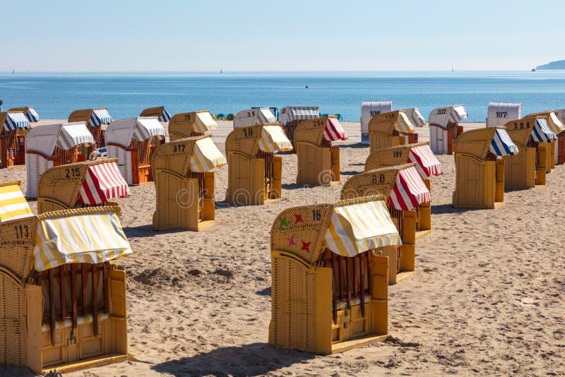 Kleurrijke ligstoelen op het strand in mooi weer stock foto