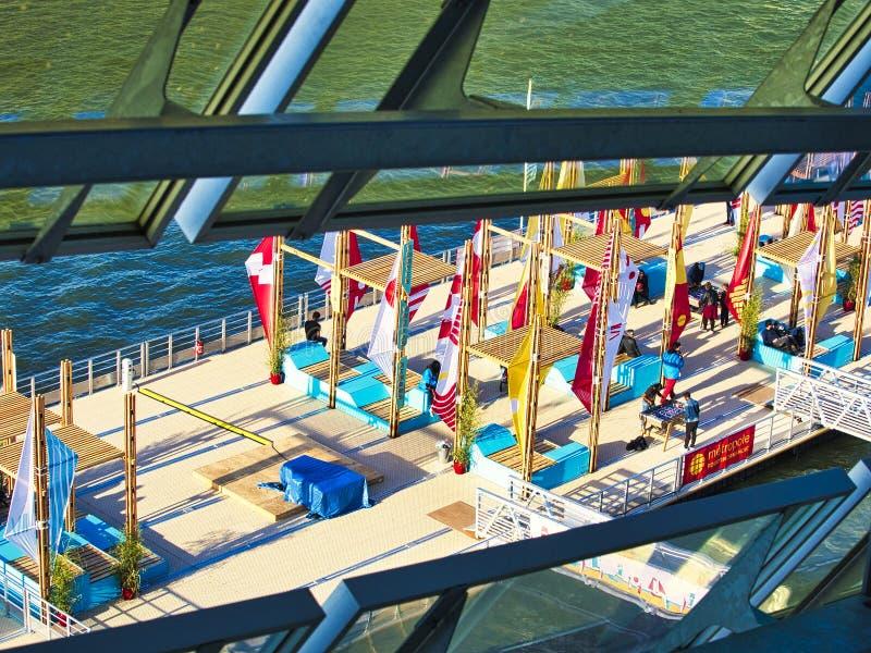 Kleurrijke lijst en stoelen met vlaggen klaar voor een straatkoffie of een restaurant, Armada Rouen Frankrijk stock foto