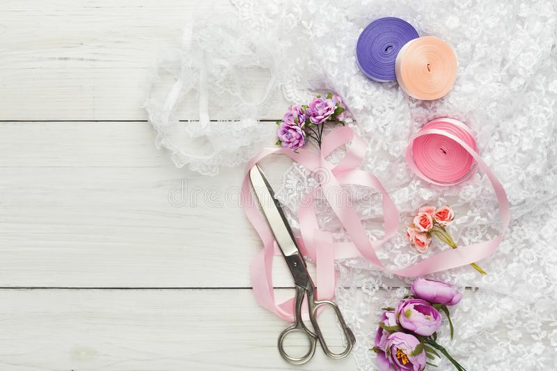 Kleurrijke linten en kouseband op houten lijst, de achtergrond van huwelijksvoorbereidingen royalty-vrije stock foto's