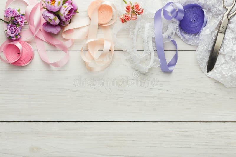 Kleurrijke linten en kouseband op houten lijst, de achtergrond van huwelijksvoorbereidingen royalty-vrije stock fotografie