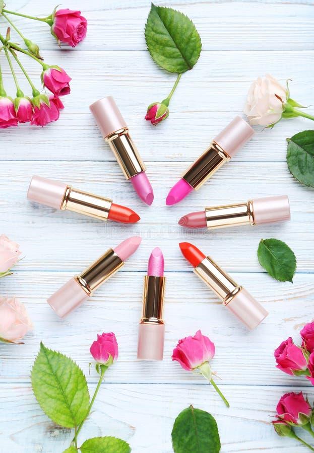 Kleurrijke lippenstiften stock afbeeldingen