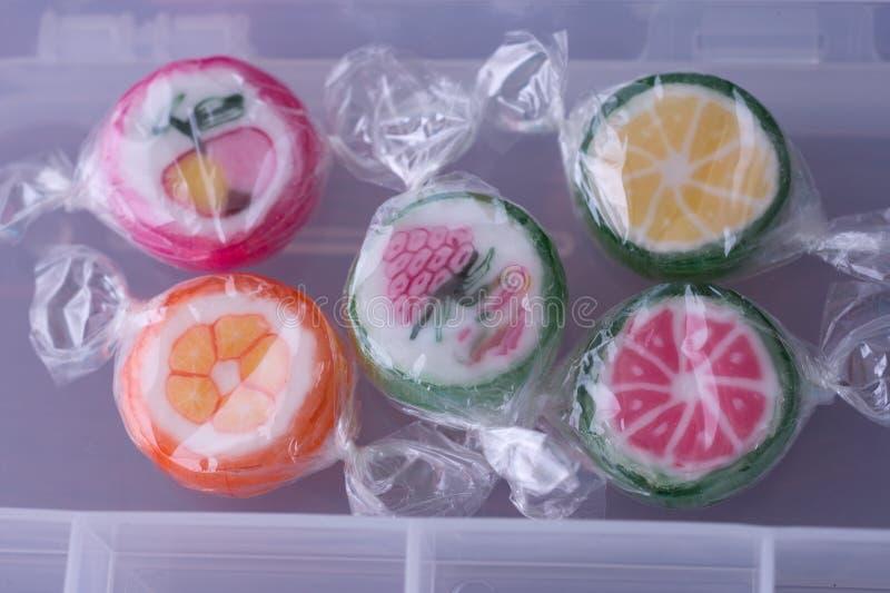 Kleurrijke lollys en verschillend gekleurd fruit om suikergoed in wr royalty-vrije stock foto's