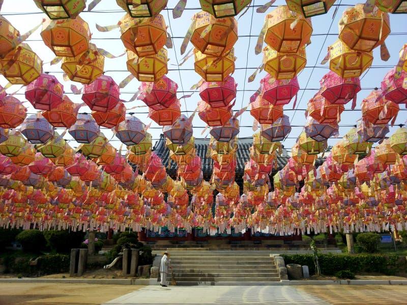 Kleurrijke lotusbloemlantaarns op de dag vóór de Verjaardag van Boedha ` s, Yongjusa-Tempel, Korea stock foto