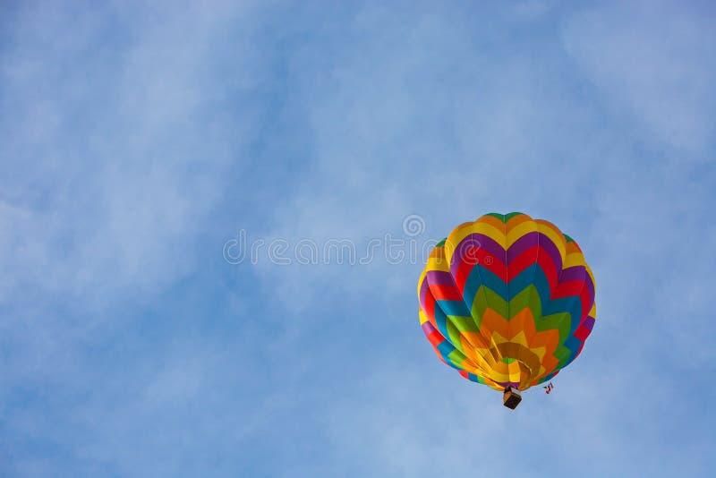 Kleurrijke luchtballonnen die over de berg vliegen stock foto