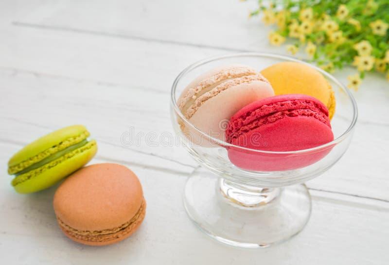 Kleurrijke macarons in glas stock afbeelding