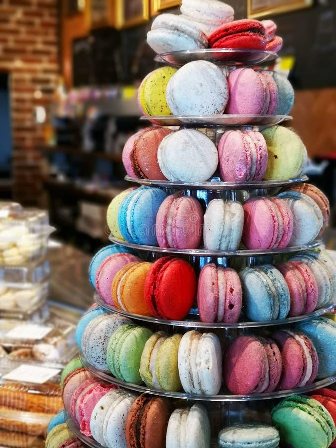 Kleurrijke macarons op ronde schijven stock afbeeldingen