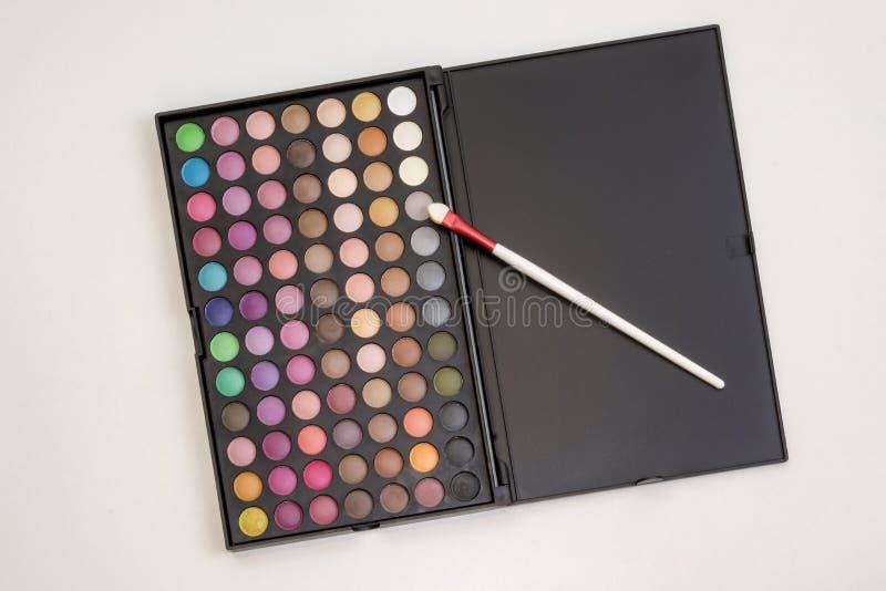 Kleurrijke make-upreeks oogschaduwwen in doos stock foto's