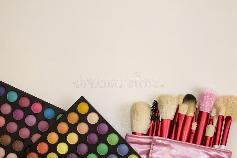 Kleurrijke make-upreeks oogschaduwwen en borstels stock afbeeldingen