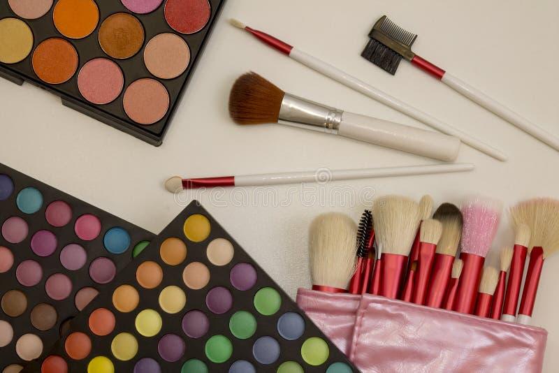 Kleurrijke make-upreeks oogschaduwwen en borstels royalty-vrije stock foto