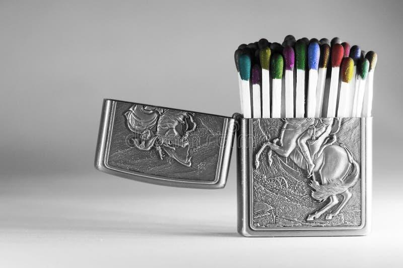 Kleurrijke matchsticks in een lichter geval stock fotografie
