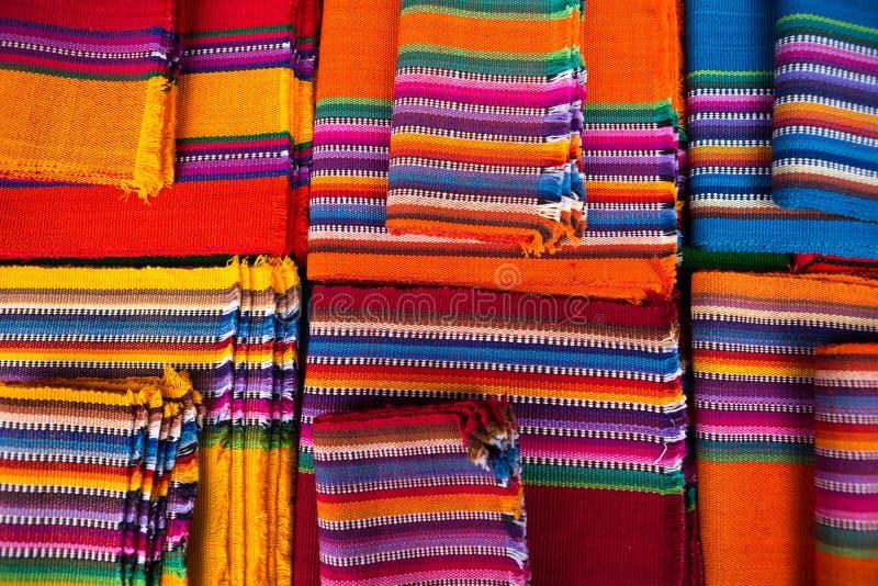 Kleurrijke Mayan textiel in Guatemala stock fotografie