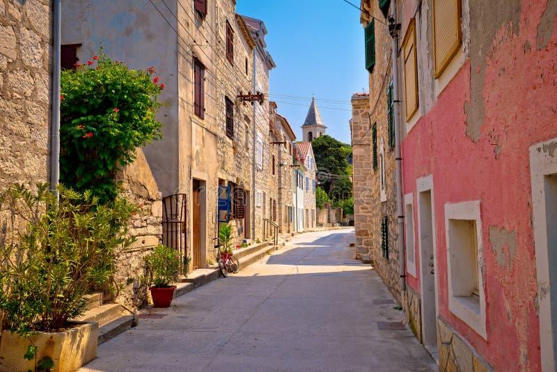 Kleurrijke mediterrane de straatmening van Prvicluka stock foto