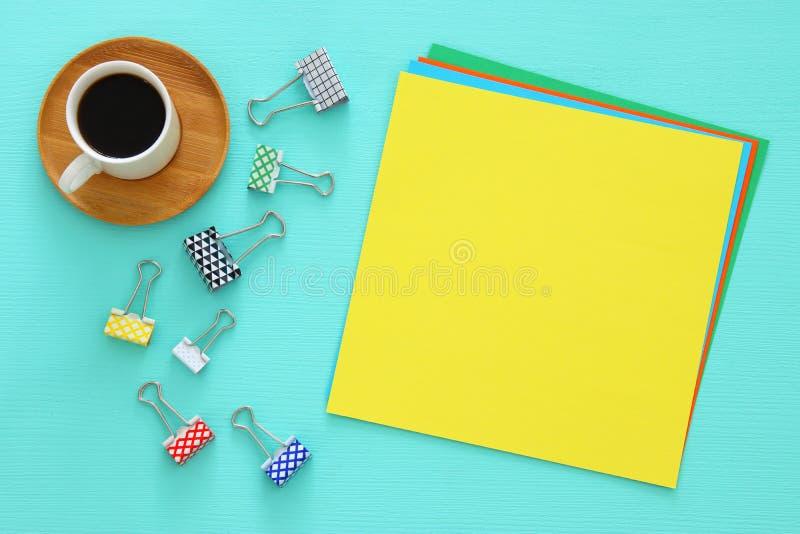 Kleurrijke memorandum lege pagina's en andere bureaulevering over lijst van het munt de blauwe bureau Hoogste mening stock foto's