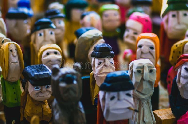 Kleurrijke menigte van houten gesneden beeldjes royalty-vrije stock afbeeldingen