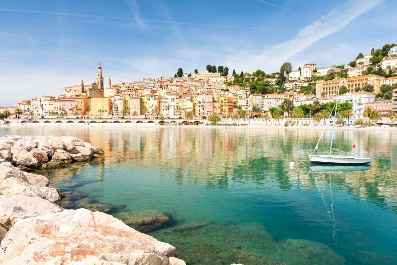 Kleurrijke Menton-stad op Kooi D ` Azur in Zuid-Frankrijk stock foto's
