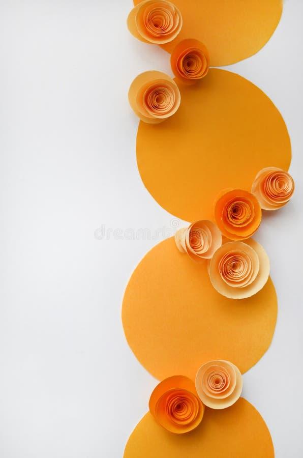Kleurrijke met de hand gemaakte document bloemen op licht gekleurde achtergrond voor uitnodiging en huwelijk stock fotografie