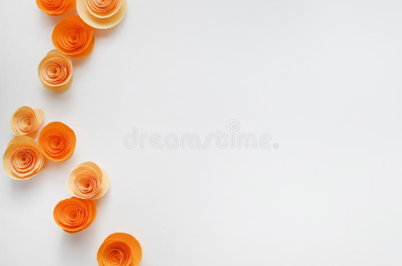 Kleurrijke met de hand gemaakte document bloemen op licht gekleurde achtergrond voor uitnodiging en huwelijk royalty-vrije stock afbeeldingen