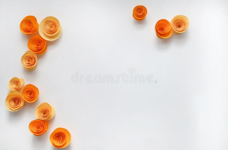 Kleurrijke met de hand gemaakte document bloemen op licht gekleurde achtergrond voor uitnodiging en huwelijk royalty-vrije stock foto