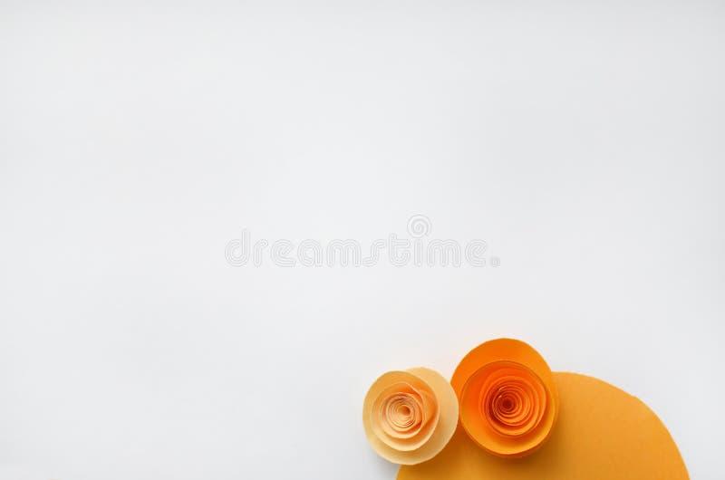 Kleurrijke met de hand gemaakte document bloemen op licht gekleurde achtergrond voor uitnodiging en huwelijk stock foto's