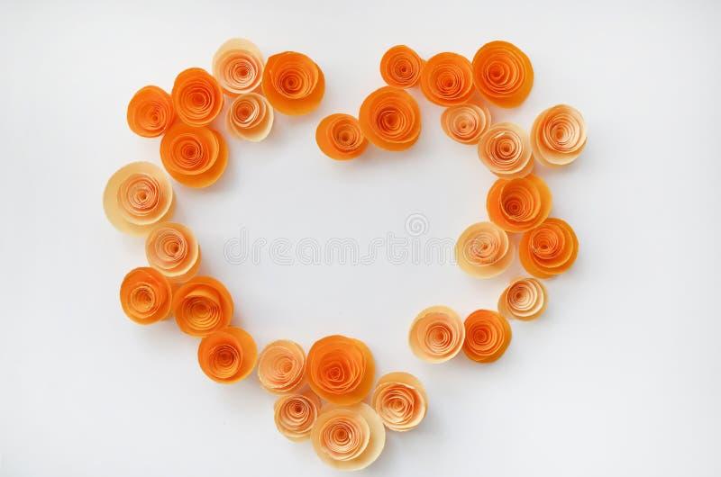 Kleurrijke met de hand gemaakte document bloemen op licht gekleurde achtergrond voor uitnodiging en huwelijk stock afbeeldingen