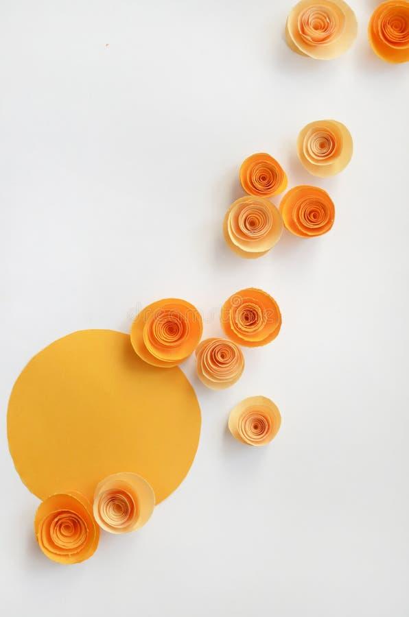 Kleurrijke met de hand gemaakte document bloemen op licht gekleurde achtergrond voor uitnodiging en huwelijk royalty-vrije stock fotografie