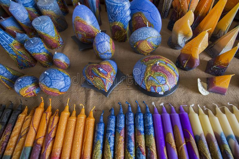 Kleurrijke met de hand gemaakte kaarsen stock foto's